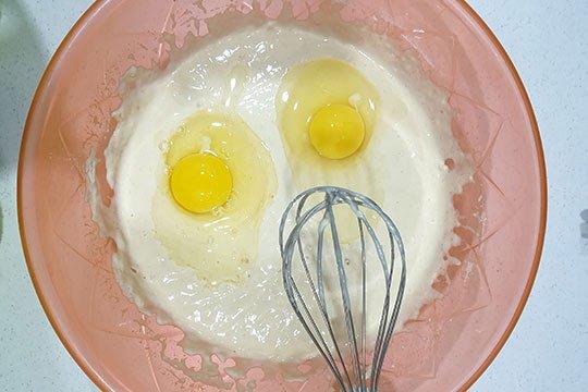 вбить яйца в тесто
