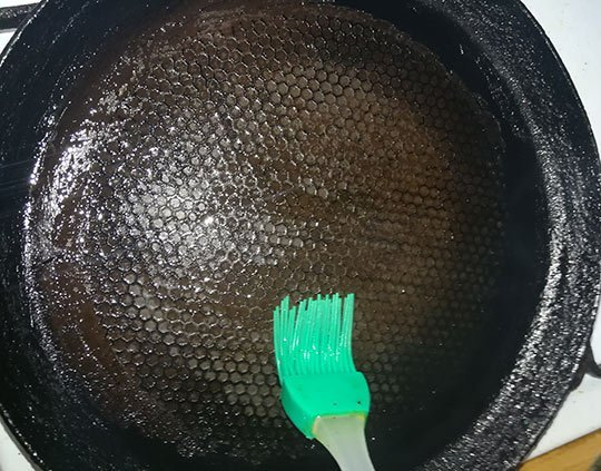 смазываем сковороду