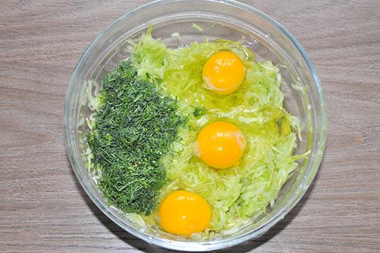 добавить яйца и укроп