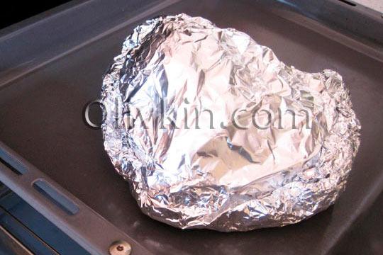 завернуть мясо в фольгу и выпекать