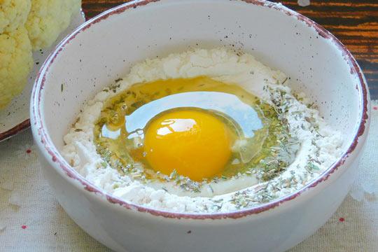 в муку вбить яйцо