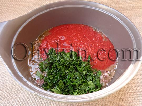 добавляем томатную пасту и зелень