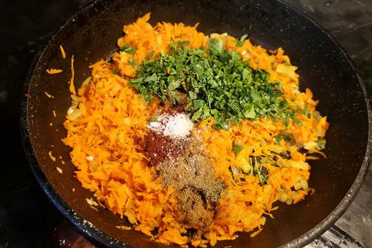 добавить морковь, зелень, специи