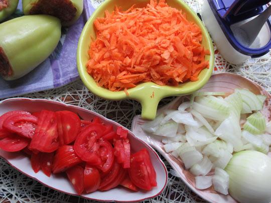 нарезаем лук. морковь, помидоры