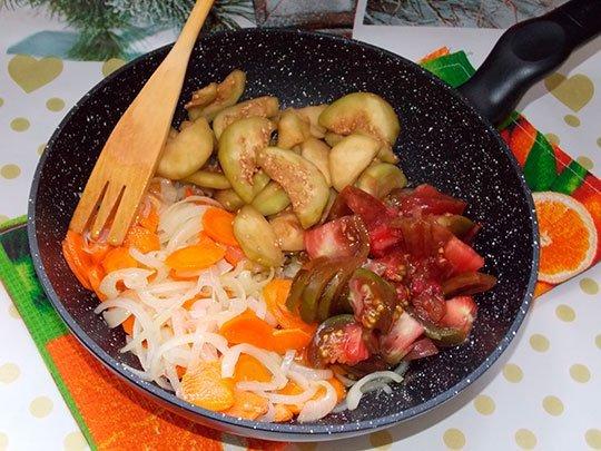 баклажаны и помидоры добавить к овощам