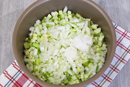 насыпать соль сахар и тушить