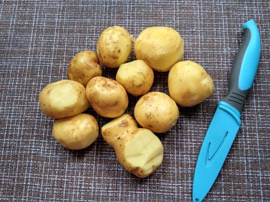 помыть и поскребсти картошку