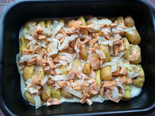 сверху на картошку выложить грибы