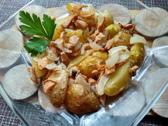 картофель подавать с зеленью и сметаной