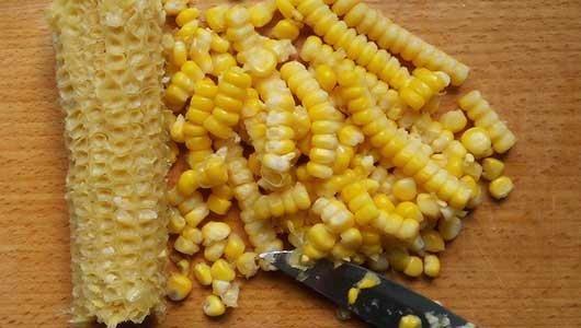 срезаем зерна кукурузы