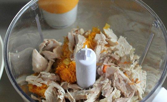 поместить мясо и овощи в блендер
