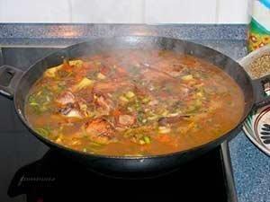 добавить бульон к овощам и мясу