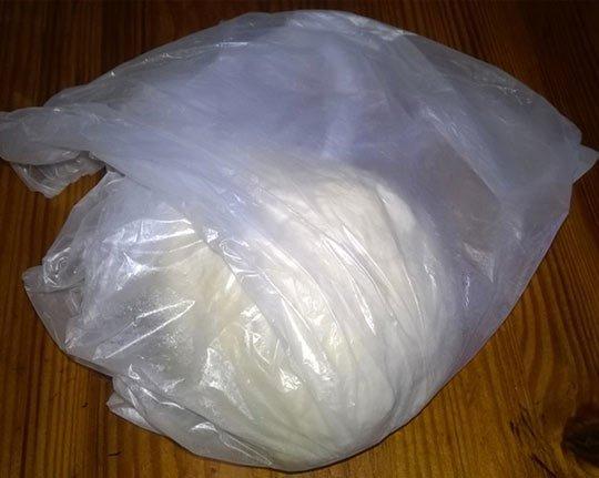 завернуть тесто в пакет