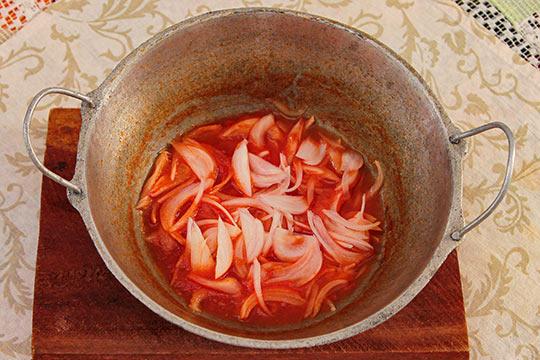 добавляем лук в томатное пюре