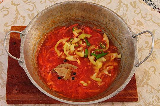 добавляем перцы в томат