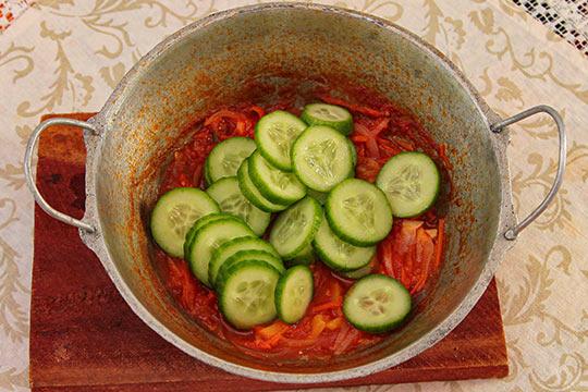 режем огурцы кольцами и добавляем в томатное пюре