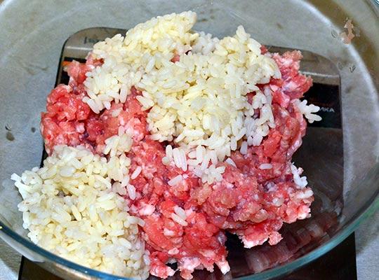 смешать фарш и рис
