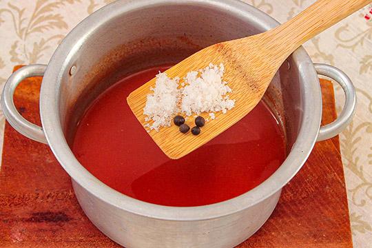 добавить специи к томатам