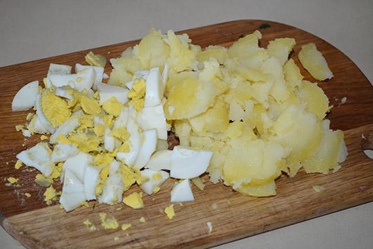 яйца и картошку нарезать кубиками