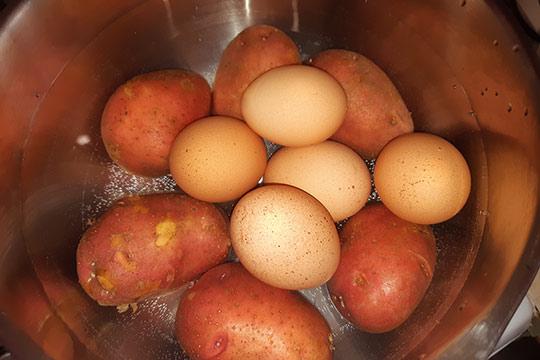 сварить яйца и картофель