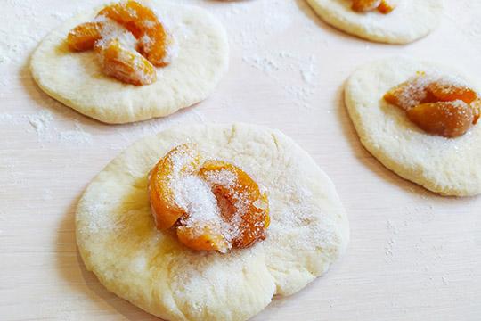 выклабываем абрикосы на кружки теста
