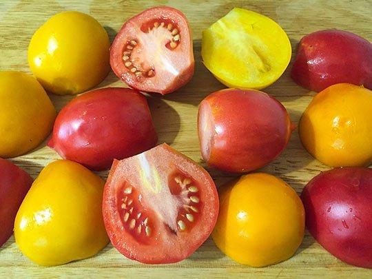 режем дольками помидоры
