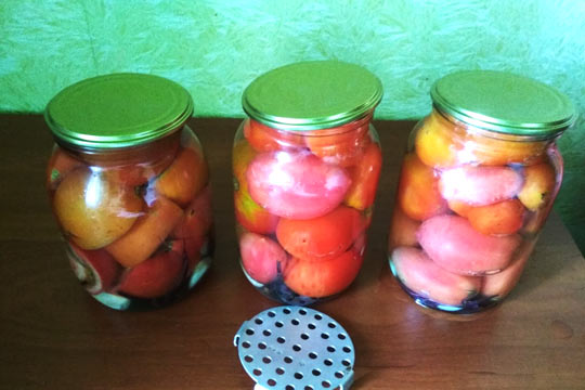 залить кипятком помидоры в банках