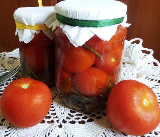 Закатываем банку с помидорами