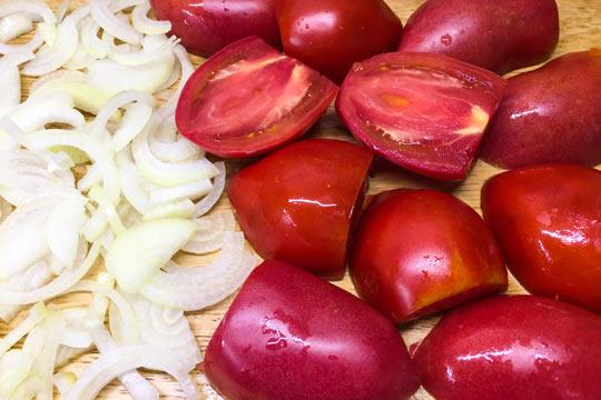 нарезать лук и помидоры