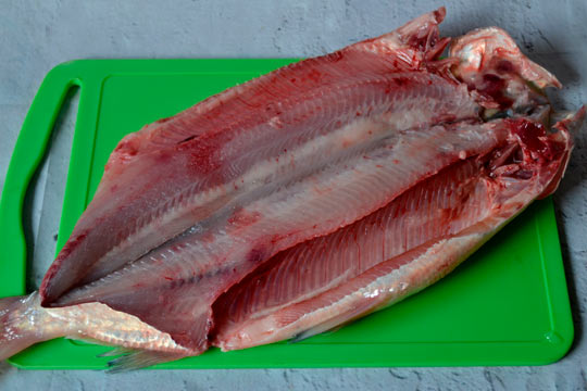 разрезать рыбу вдоль хребта