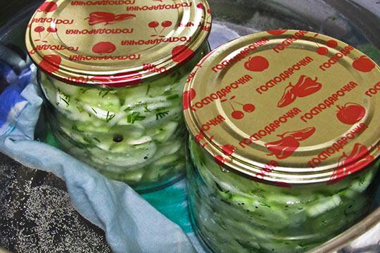 стерилизуем банки с салатом