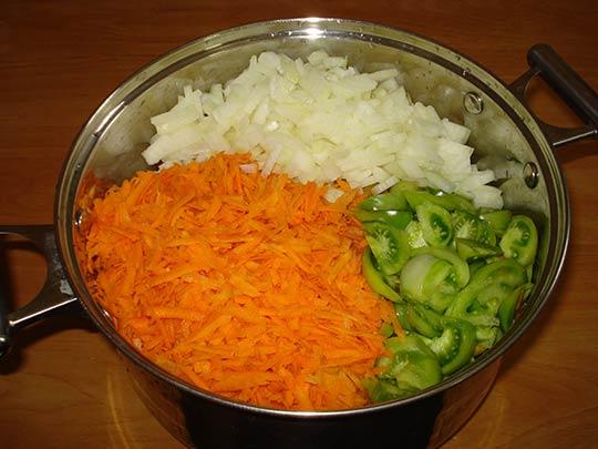 нашинкуем морковь и лук