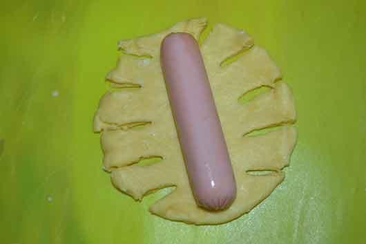 положить сосиску на тесто