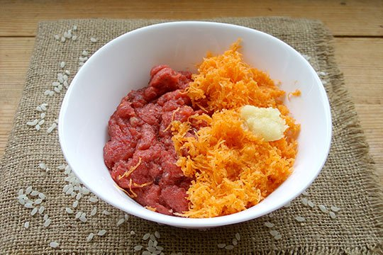 мелко натереть лук и морковь