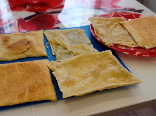 разделить тесто на коржи