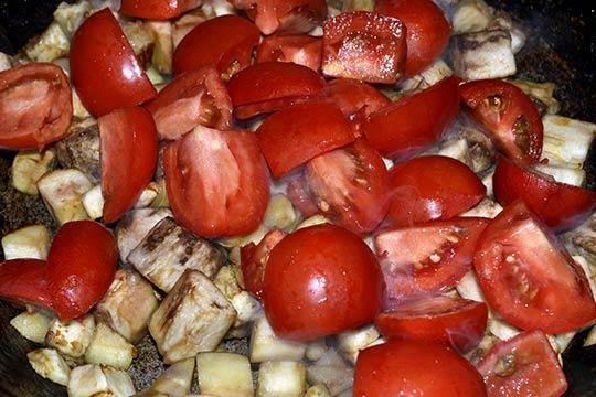 помидоры отправить в сковороду