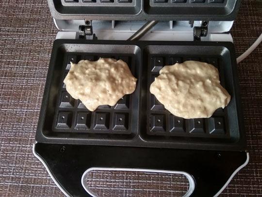 выкладываем тесто в вафельницу