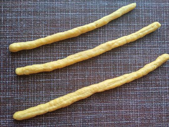раскатать тесто в трубочки