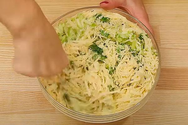 перемешать кабачки с сыром и заливкой
